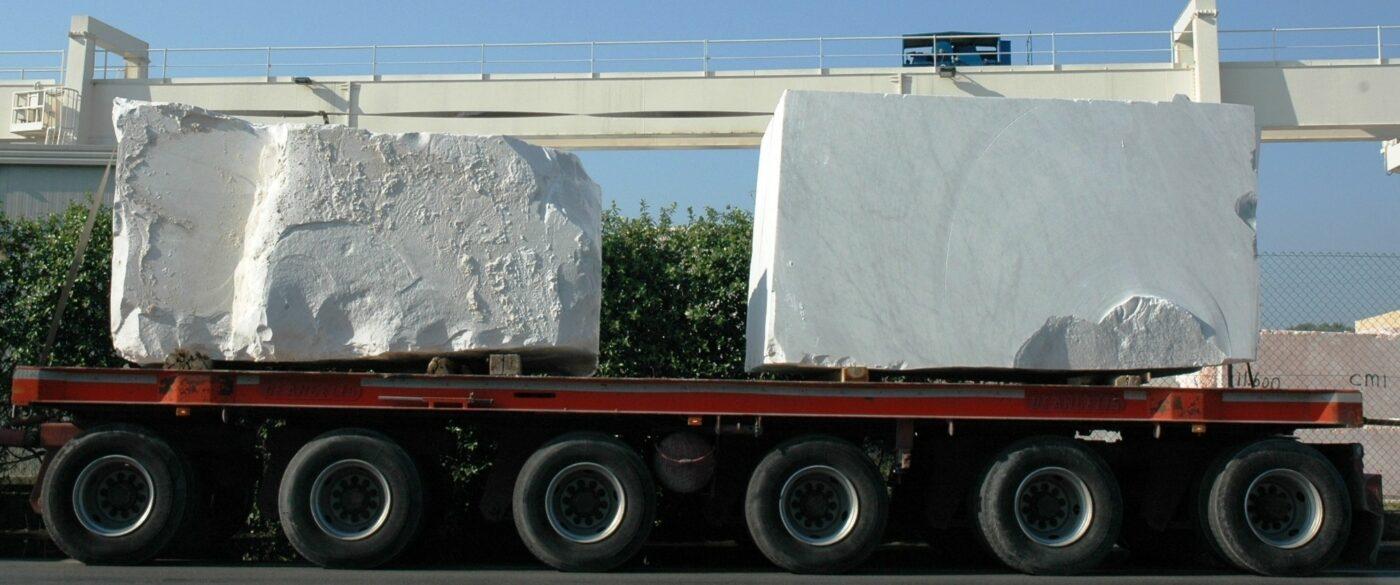 blocchi di marmo in arrivo allo studio
