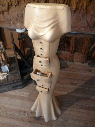 Opera moderna con cassetti in legno e oro