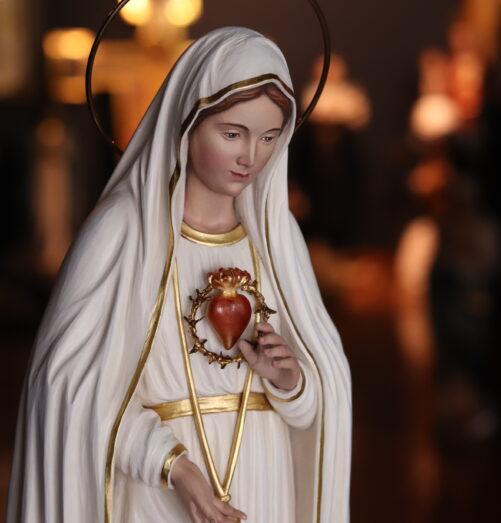 primo piano della statua della Madonna con Cuore Immacolato
